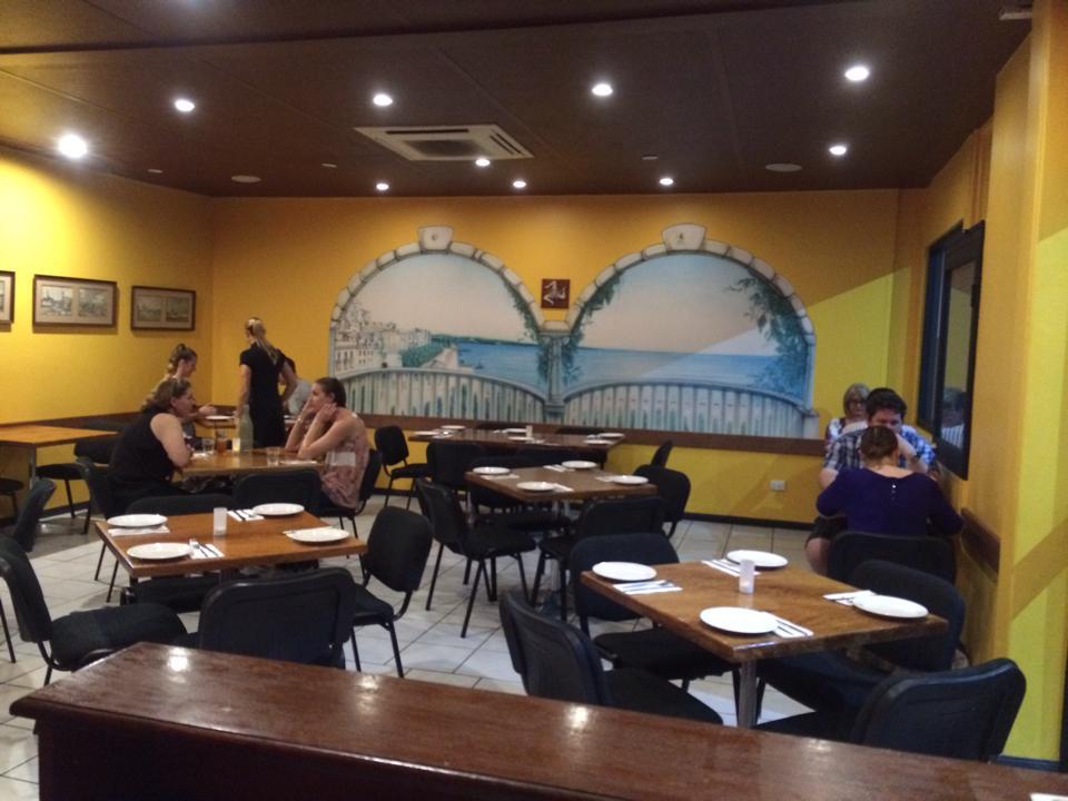 <p>イタリアの食堂に招かれたような居心地の良い店内は、屋内と屋外が選べるので、お好きな席をどうぞ〜日本語メニューもあり、持ち帰り、出前もOKなのが嬉しい!</p>
