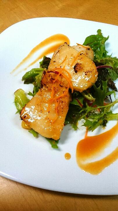<p>チキン照り焼きや鮭のみそ焼き、白身魚の西京焼きなど常時用意されているメニューはなんと100種類以上。</p> <p>(定食メニューは30種類以上!!)</p>