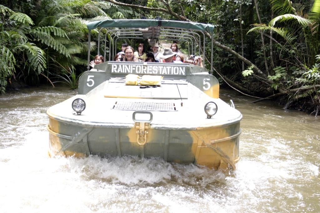 """<p>キュランダ村から車で5分ほどの複合施設""""レインフォレステーション""""へ移動。ここでは、水陸両用車""""アーミーダック""""でジャングルの中を探検。リアル、ジャングルクルーズ。</p>"""