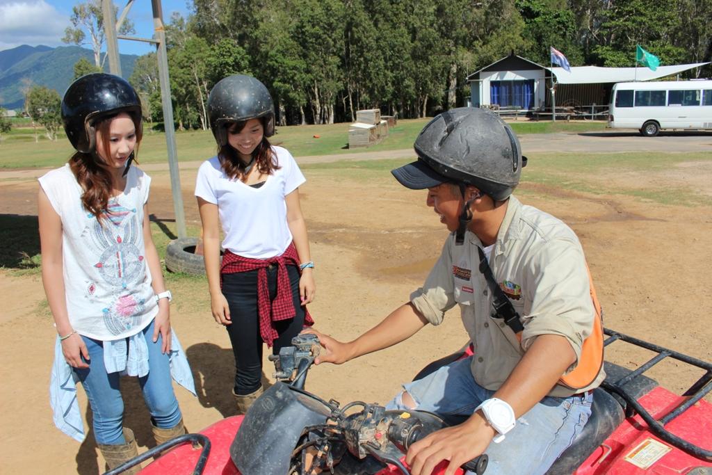 <p>ATVバギーでは日本人スタッフが丁寧に操作方法を教えてくれます。</p>