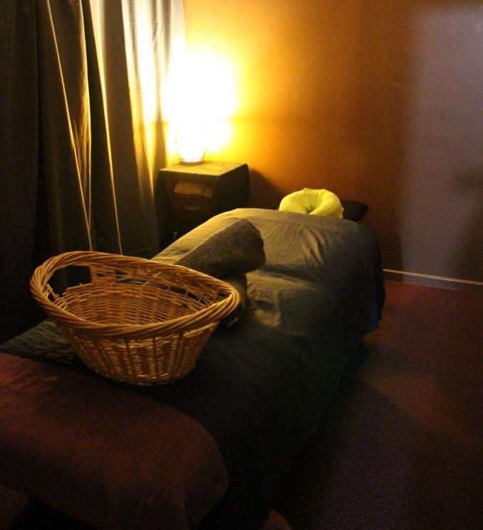 <p>お店には個室が5つ。カーテンで仕切られているので、お一人で受ける時はプライベート空間で、お友達やカップルと受けたい場合は、カーテンを開けて同じ空間で施術を受けることも可能。臨機応変でありがたい。</p>