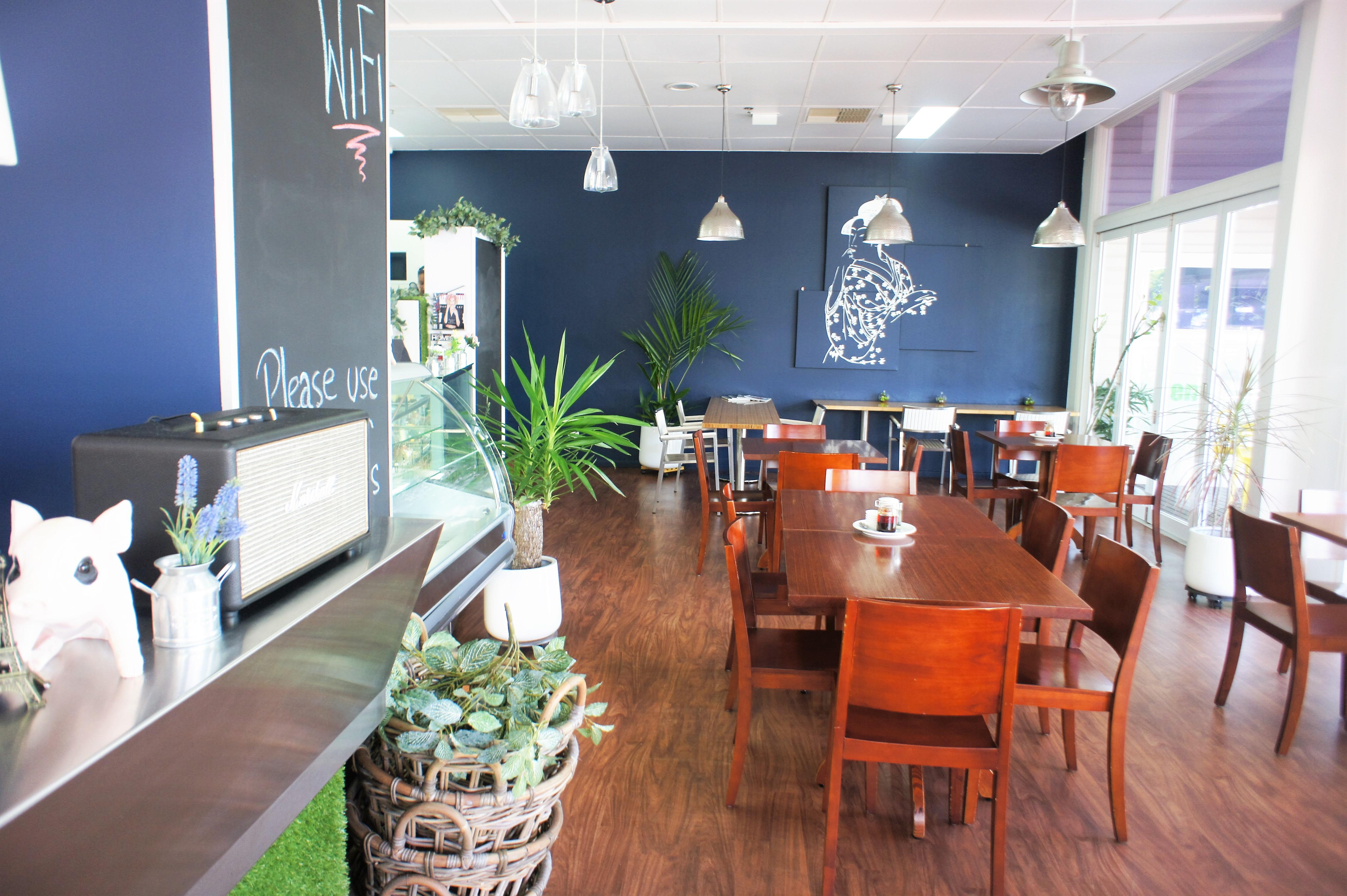 <p>広々とした店内は、大人数でも対応出来るテーブルがあります。</p>