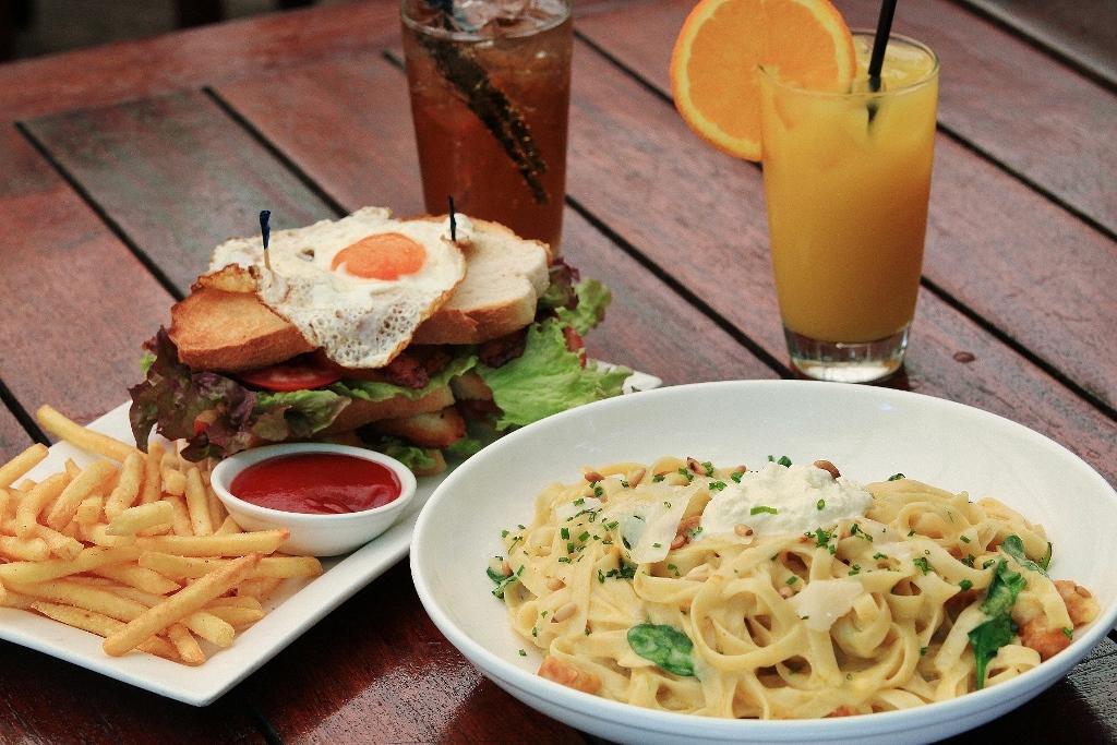 <p>島での食事は選択肢がいっぱい。ちょっと落ち着いてリゾートレストランで食べるのもよし、ボリューム満点のハンバーガーやステーキバーガーなどにかぶり付くのもよし。その日の気分まかせで食事やアクティビティーを選べるのが嬉しい。</p>