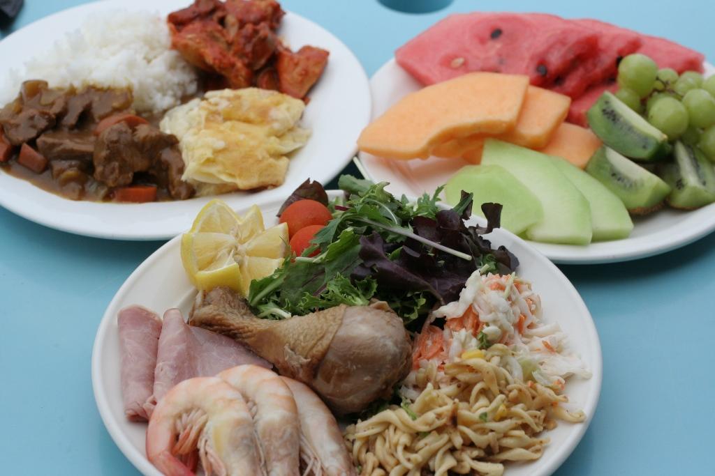 <p>ランチは豪華なビュッフェスタイル。しかも日本人好みの味付けで、とっても美味しい!!食べ過ぎ要注意です。</p>