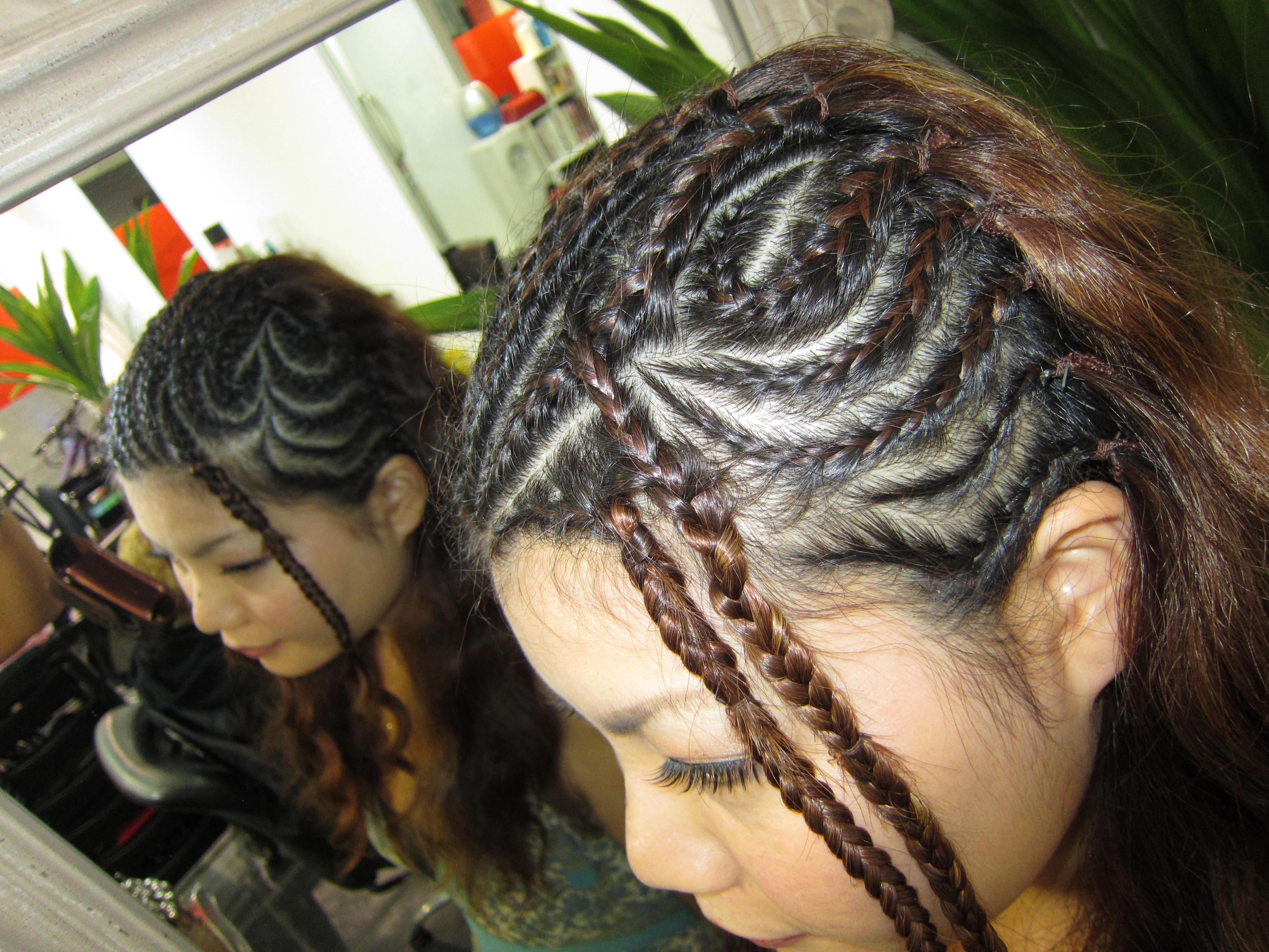 <p>旅行の思い出、ワーホリの記念などに日本ではなかなかすることがない髪型にチャレンジしてみては?</p>