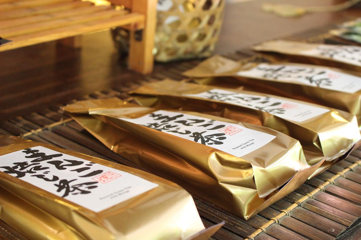 <p>商品は一般的なお茶である 深蒸し煎茶/玄米茶/焙じ茶の「ブラックパッケージ」(100g$20)と オリジナルブレンド茶の ゆーかり緑茶/しょうが玄米茶/まんご焙じ茶の「ゴールドパッケージ」(50g$15、100g$25)。</p>