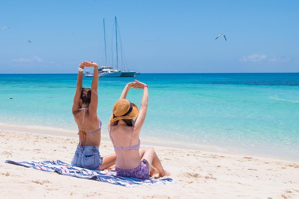 <p>島に着いたら自由時間。船の出航まで思い思いの時間を過ごせます。せっかくココまで来たのだからゆったり、のんびりと過ごしましょ♪グレートバリアリーフのど真ん中、真っ白な砂浜での最高に贅沢なおしゃべりタイム。</p>