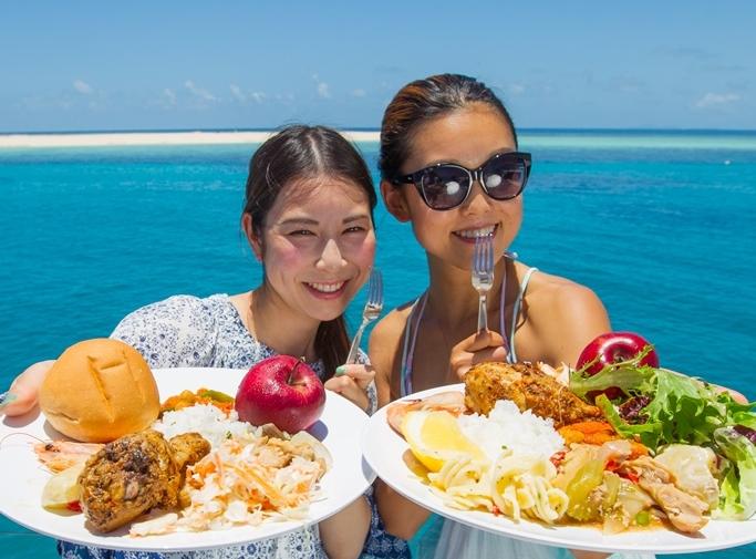 """<p>お昼ごはんは、欲張りさんも大満足のビュッフェスタイル。どれも美味しそうで目移りしちゃいます。""""サンゴ礁が広がる海のど真ん中に停泊する船の上""""という抜群のロケーションで食べるランチはひと際おいしい。お友達との会話も弾みます。</p>"""