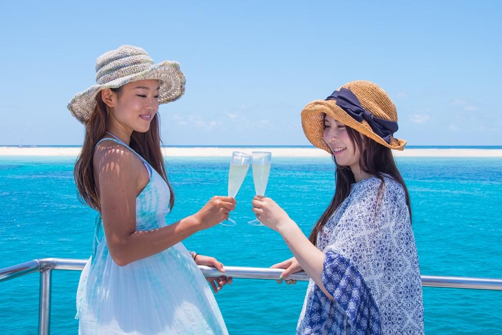 <p>帰りの船では、シャンパンがサーブされるという豪華さ。ちょっと大人な休日にピッタリのシチュエーション。運が良ければ道中にイルカやクジラに出会えることも。シャンパン片手に目の前に広がる大自然に身を任せ、ゆったり、のんびり優雅な時間の流れを満喫しよう。</p>