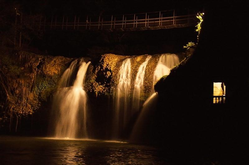 <p>創設者ホゼが惚れ込んだミーナ滝。この滝を見て、この土地の購入を決めたと言われている。お城や滝のライトアップはすべて、この滝の水圧を使った自家水力発電によるもの。</p>