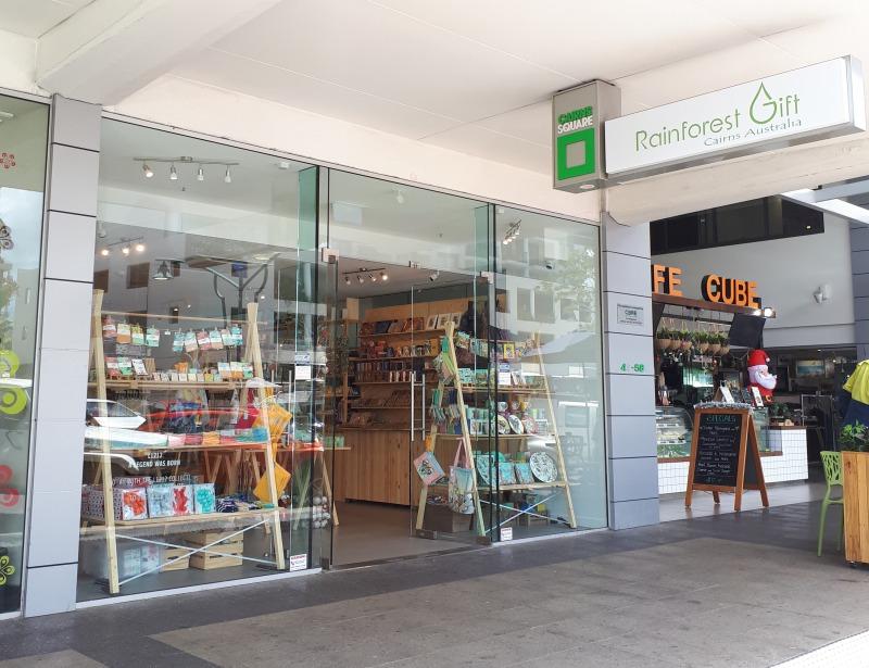 <p>この度、シールズ通りとアボット通りの角にある</p> <p>ケアンズスクエア内にも新店舗がOPEN!!</p> <p>こちらは午前11時から営業しているので、シティ散策の途中に寄ってみるのも◎。</p> <p>可愛いお土産であふれかえっています♡</p>