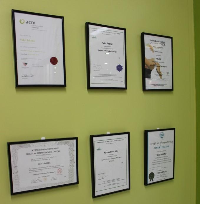<p>お店の中に並ぶスタッフの認定書や証明書。セラピストさんがトレーニングを受け、経験豊富な証拠。妊婦マッサージや体の状態に合わせてプランを組み立てるリメディアル(治療)マッサージの有資格者も勤務。幅広いリクエストに対応。</p>
