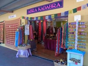 <p>お店の入口は全部で3ヶ所あり、とても開放的。 色もカラフルなので、すぐにわかると思います。</p>