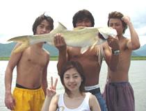 <p>半日ツアーはケアンズ湾内だけど、 1日ツアーでは、ジョンストン川などで バラマンディなどの大物狙いの 本格的フィッシング! 天気のいい今、釣りもいいもんですよ! 予約は日本語で、4053 7100まで。</p>