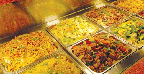 <p>またここでの一番の穴場は、バッフェ(食べ放題)!オージービーフからアジアン料理、デザートまで満載! なんとこの豪華さで食べ放題なんて得すぎる! 穴場ということで地元ローカルの人たちで毎日満員。</p>