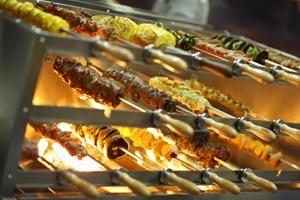<p>ブッシュファイヤーを楽しむポイント ポイント1 地元アサートンや、マンガリ・クリークのチーズ、ガガーラ蜂蜜、 サトウキビ、トロピカルフルーツ、そして魚介類などの 新鮮な食材を元に構成された、ファイアー・スターター(前菜)</p>