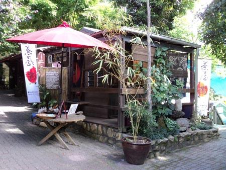 <p>そこにひょっこりと現れる純和風なお店、 それがキュランダ名物のお茶屋さん「BUSK」です。 BUSKとは「大道芸をする」という意味で、 オーナーのKeiさんがその昔、ケアンズで大道芸をして生活していたことから お店の名前にしたそうですよ(^-^)</p>