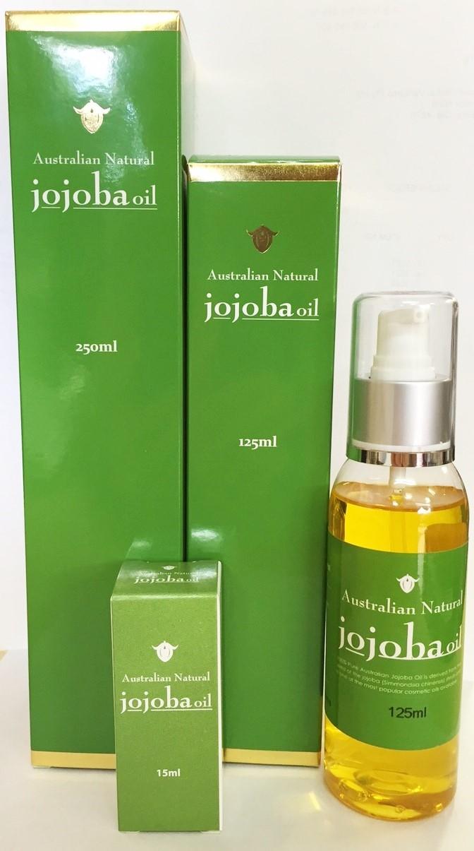 <p>Aus内陸の大自然で育ったホホバの実を熱を加えずに圧搾したこのオイルは顔、体、爪、髪に使える万能保湿オイル。強い抗酸化作用でアンチエージングにも最適。</p>