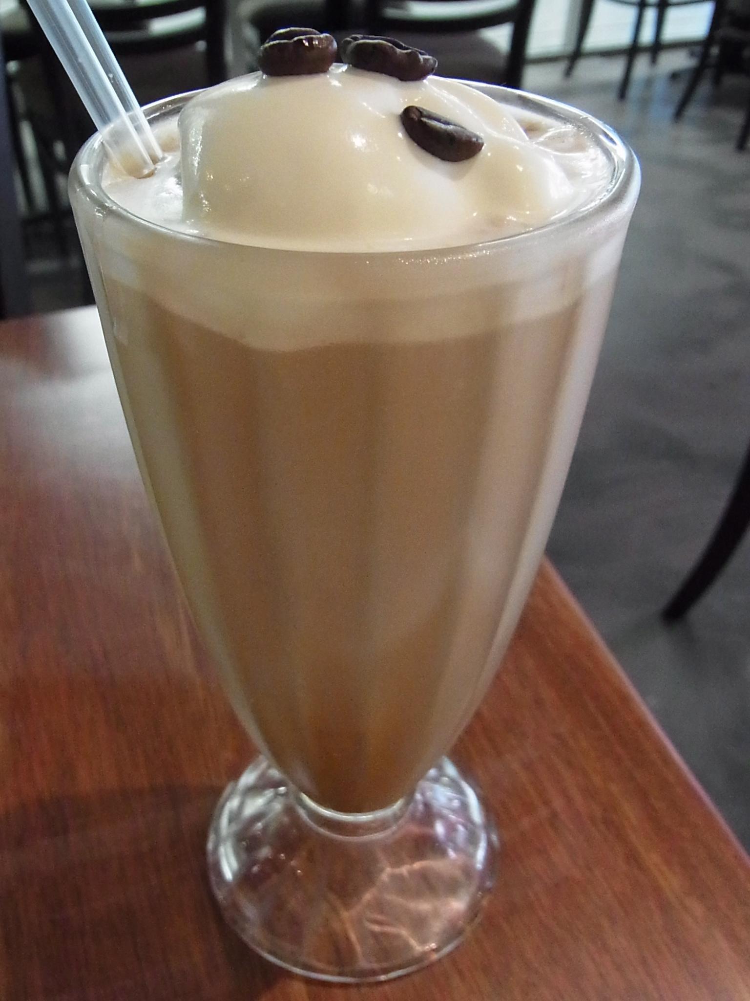 <p>エスプレッソやチョコレートなどの、ベーシックなカフェメニューはもちろん、 フレッシュジュースやスムージーなどの種類も充実しています。 (写真はアイスカフェモカ)</p>