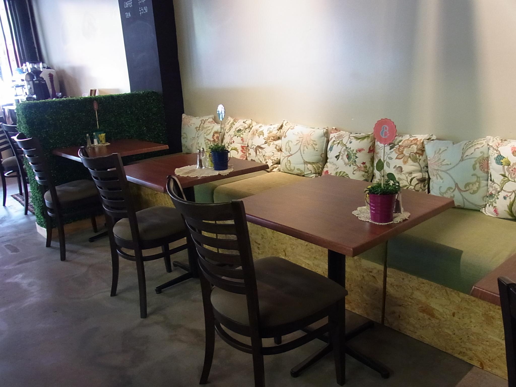 <p>ベンチ席はふかふかのクッションつきで、思わずおしゃべりに花が咲いちゃいますね。 ひとりでも行きやすい雰囲気です。</p>