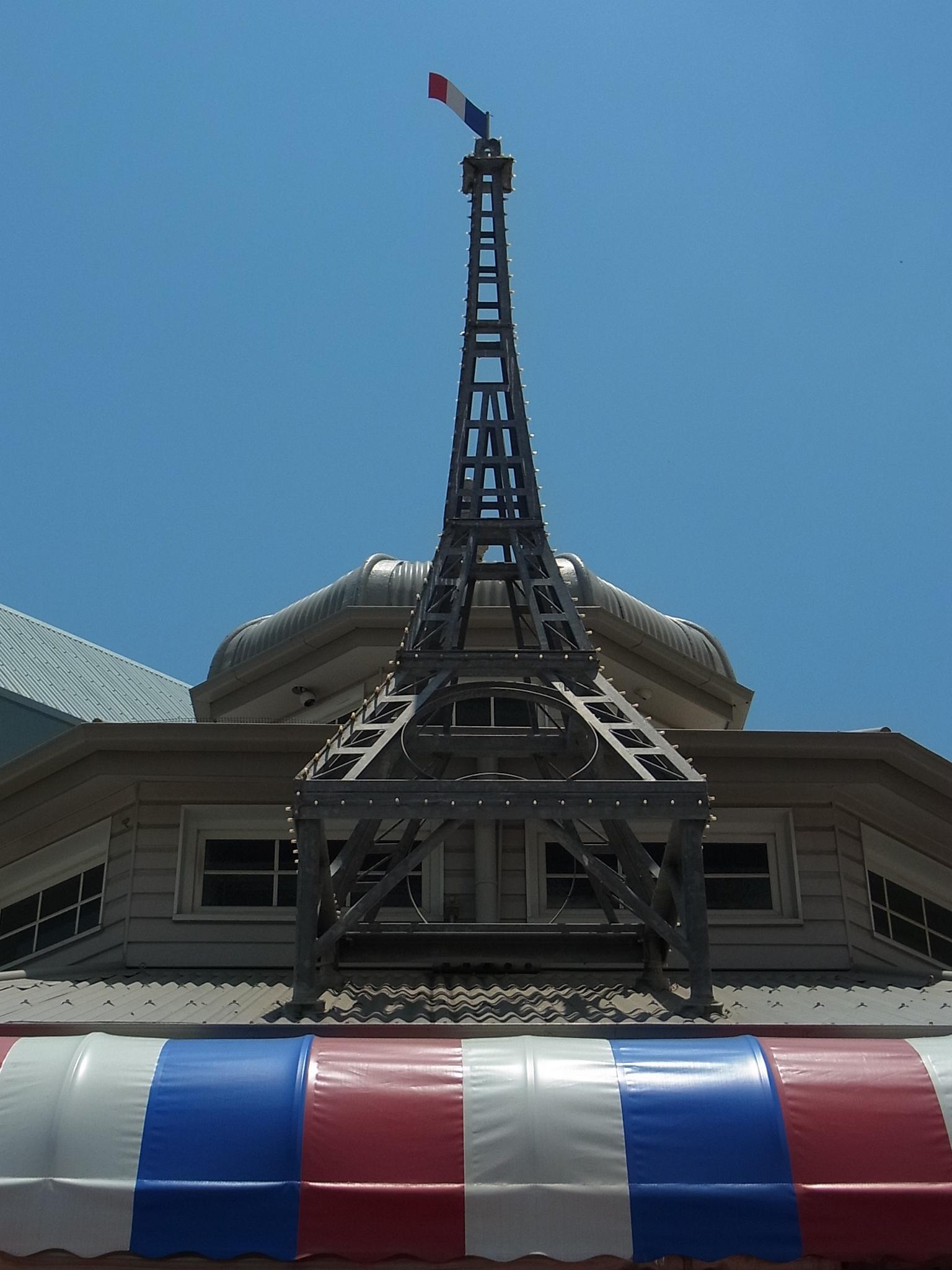 <p>お店の正面、屋根の上ににそびえるエッフェル塔が目印です!</p>