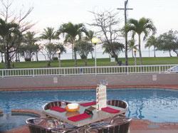 <p>プールと海に面したテラス席と、 屋内の席が選べ、優雅なバッフェを 堪能できます。</p>