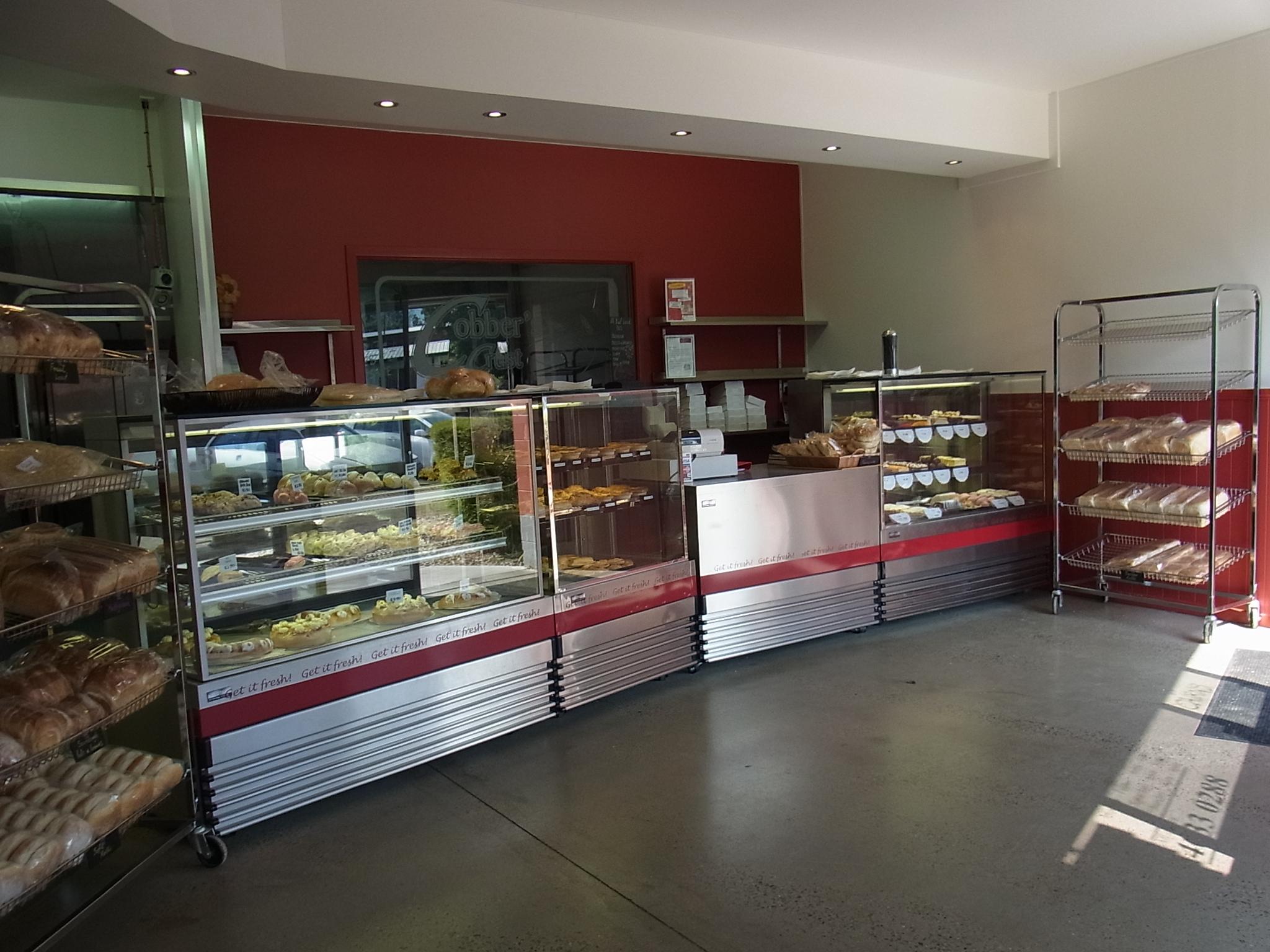 <p>そのほかにもパイ類やケーキ、おやつパンなど、たくさんの種類がショーウィンドーに並んでます。 どれも毎日愛情たっぷりに焼き上げられたものばかり! お店で働くスタッフも「ついつい毎日食べちゃう」というくらいのおいしさです(^-^) ローカルに大人気のお店で、お客さんがひっきりなしに来店。 上の店内写真も、じつは人ナシで撮影するのにすごく時間がかかったんですヨ。 どのお客さんも2〜3袋にもなるほど、大量買いしていきます。 それだけ「おいしい」ってコトですよね〜。</p>