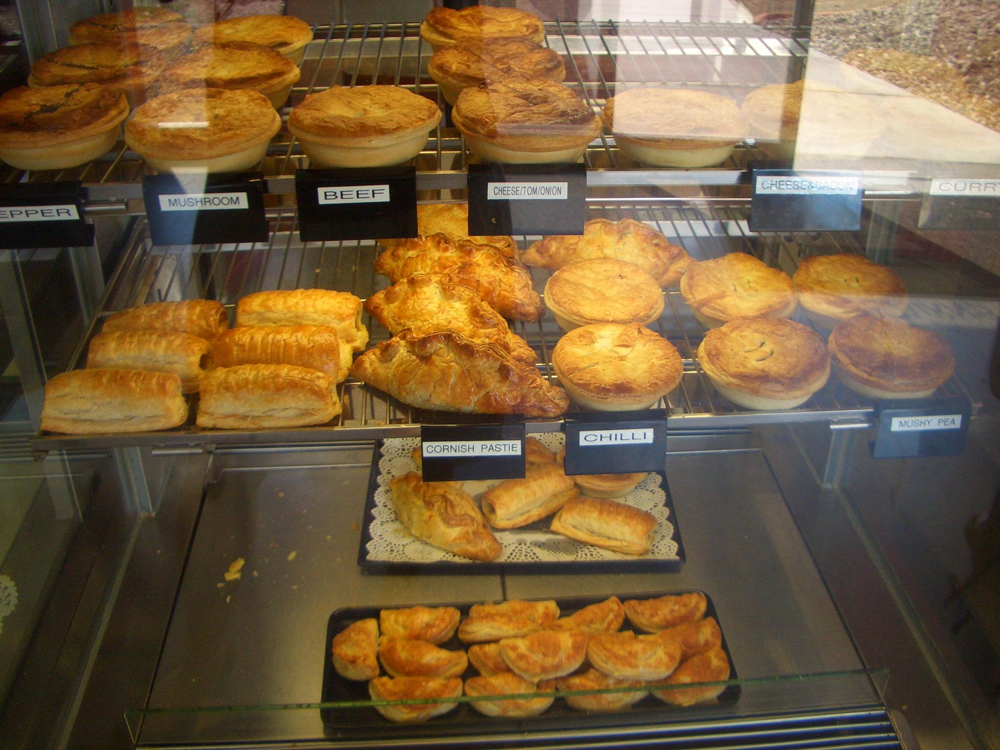<p>人気はもちろんソーセージロール($2.40)のほかに、パイ類($3.90〜)など。 ベーコンチーズバイト(¢60)はついつい何個も食べたくなっちゃいます。 食パンはノーマルな白い食パン、のほかに胚芽食パンやマルチグレイン食パンなど、$3.80〜4.50。 ピザ台やハンバーガー用バンズ、ホットドッグ用パンなど、シンプルなパンも揃っています。</p>