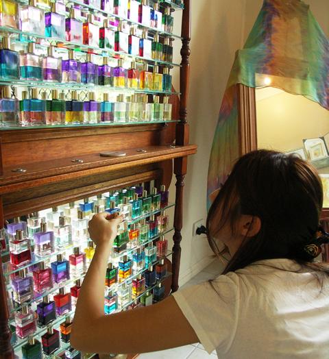 <p>►カラーボトルはその時の自分の直感で選びます ►なので毎回選ぶ色が異なるのは普通なのだとか ►セッションはMAKIさん宅の開放感あふれるパティオでのんびりと</p>