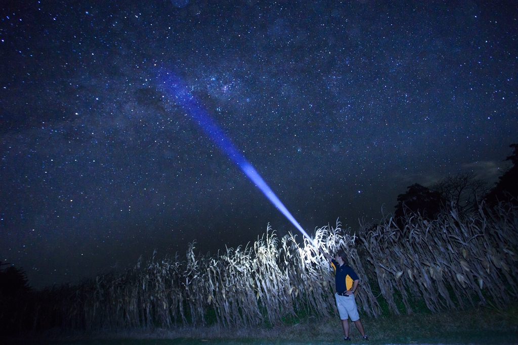 """<p>ツアーの締めくくりは、ケアンズ近郊での星空観察。息を呑むほど美しすぎる""""夜空の絶景""""をガイドが説明付きでご紹介します。オーストラリアの国旗にも描かれる南十字星、サザンクロスも見られるかも。</p>"""