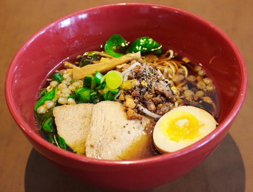 <p>新メニューの「平成醤油」$12.95<br />魚介系を最大限に活かしたスープに香油がベストマッチ。<br />濃い口の進化した醤油ラーメン。</p>