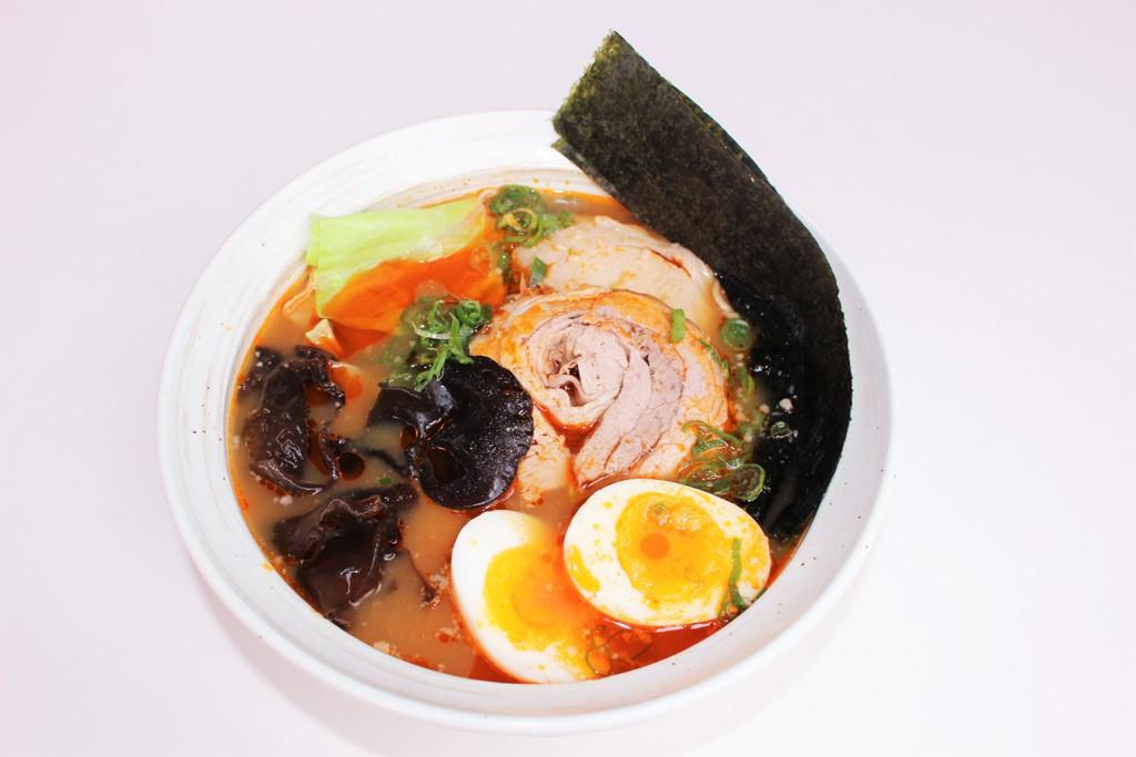 <p>ロブスターの殻から取ったスープと豚骨スープの相性は抜群!海老ラーメン$15.90</p>