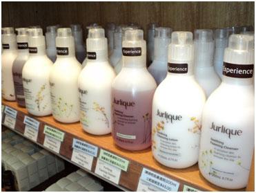 <p><ジュリーク>  正規代理店の強み、豊富な品揃えが自慢! 美肌を求める人なら誰でも知っているオーストラリアのハーブブランド「ジュリーク」が手に入るお店。 無農薬有機農業で栽培されたハーブを原料としているので、 老化の原因になる酸化を抑え肌本来の免疫力を高めてくれる。ケアンズで必見のお店。</p>