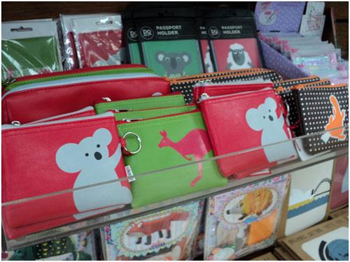 <p><IdKoop&gt; かわいらしいオーストラリアの動物をモチーフにしたパスポートホルダーや小物入れも人気。 その他にもオーガニック化粧品や地元アーティストの商品が置いてあります。 プレゼントやお土産に迷ったらぜひお立ち寄りください。</p>