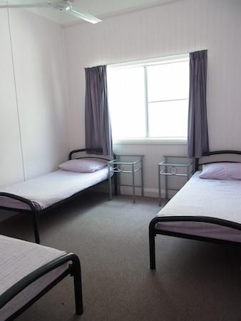 <p>部屋は2人〜4人部屋が選べます。 いちばん安い部屋は1泊$20(長期割引あり)。 どの部屋も日当りがよく、快適に過ごせそう!</p>