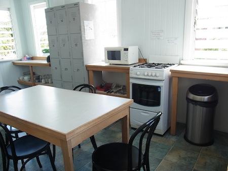 <p>キッチンはぜんぶで3つあり、混雑していつまでたってもごはんにありつけない! なんてことはないのでご安心を コチラもとてもキレイに片付けられ、食器や調理器具なども充分に揃っています。 また、冷蔵がいらない食材などを入れるカギつきロッカーがあるので、 食べ物を取られる心配もありませんよ!</p>
