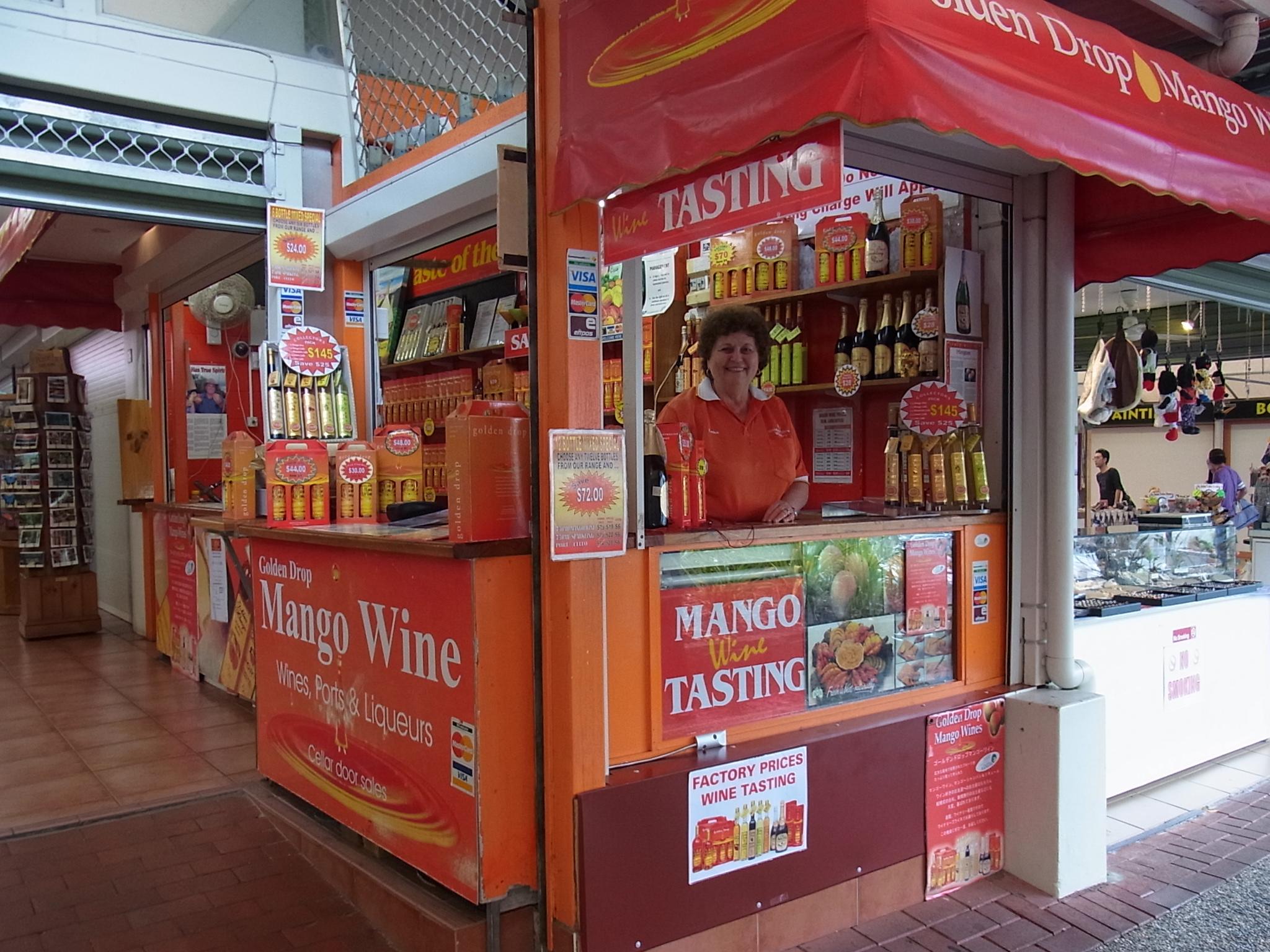 <p>また、人気の観光スポット、キュランダにもお店があります。 メインストリートCoondoo通りの中ほどにある、赤とオレンジのお店が目印! こちらでも試飲をすることができますよ。 営業時間は9:00〜16:00。 キュランダに遊びに行ったらぜひ立ち寄ってみてくださいね。</p>