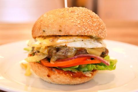 <p>特製ハーブ入り粗挽きパテは100%低脂肪牛を使用しながら肉汁たっぷり! 病み付き必至の究極バーガーを召し上がれ。</p>