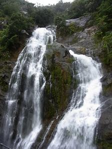 <p>目の前を流れ落ちるストリーク滝。</p>