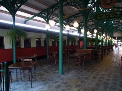 <p>ケアンズ駅から一つ目の駅、フレッシュウォーター駅。外観からして、レトロな雰囲気満点のフレッシュウォーター駅。 小さな博物館や、おみやげ屋さんカフェなどもあるので、 少し早めに行って、「駅」そのものを楽しんでもいいですね。</p>