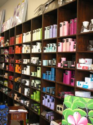 <p>お香やアロマキャンドルの品揃えは驚く程で、 その心地良い香りが店内に広がっています。 お友達へのプレゼント、自宅のインテリア等、おしゃれなアイテムが溢れんばかり。 プレゼントを探しにきたのに、「コレ、自宅のリビングにちょうどいいね!」「このクッション、素敵~。」と 自分用についつい購入。</p>