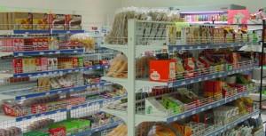 <p>店内、所狭しと並べられた棚は、日本食でいっぱい。ケアンズにいることを忘れてしまいます。</p>