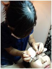 <p>Eyelash stylist Wakako プロフィール 8年前にまつ毛エクステンションに出会い、その繊細な技術と仕上がりに魅了されトリコに。 生まれつき肌が弱く、大好きなエクステをつけてもグル―によっては一部かぶれたりした経験から、 「エクステ大好きだけど、かぶれが心配。。。ならば自分が資格を取り、 勉強して色々な情報を集め、安全な商材を探したい!!」と4年前にEyelash schoolにてディプロマ取得。 3年前から「MAXX LASH」として知人・友人の口コミで自宅サロンにて営業開始。 日本帰国時は日本のSchoolにて技術向上セミナーにも参加。 日々開発される安全かつ高品質なまつ毛商材、まつげ美容に関わることを勉強しアップデートしております。</p>