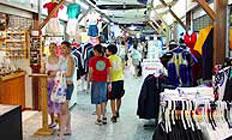 <p>マーケットは、エスプラネードとアボット通りをつなぐ形になっていて、お土産の定番Tシャツやブーメランなどのアボリジニ製品、健康食品、ジュエリー、革製品、工芸品、そしてマッサージ店などなど約130店。 フランチャライズ店の多い他のショッピングセンターと違って、個性あふれる品々が手に入るのもナイトマーケットの良いところ。値引き交渉したり、バーゲン感覚あふれるショッピングが楽しい。ケアンズのお勧めのお土産は?なんて聞いたら、きっとすごくたくさんのことを教えてくれますよ! 情報を仕入れられるので、私が日本へ帰るときのおみやげもナイトマーケットで調達してます。へえ、プロポリスの歯磨き粉が売れてるんだ、とか想いながら…。日本語OKな店員さんが多いのも特徴です。</p>