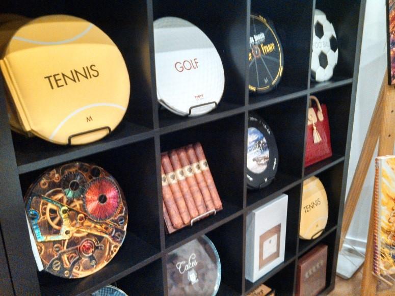 <p>お店に入ると目の前にチョコレートの形やボールの形、アルコールのボトルの形をしたものが並んでいます。 「えっ?これなに?」と手にすると、なんと本!  その形にちなんだストーリーや歴史が書いてあります。</p>