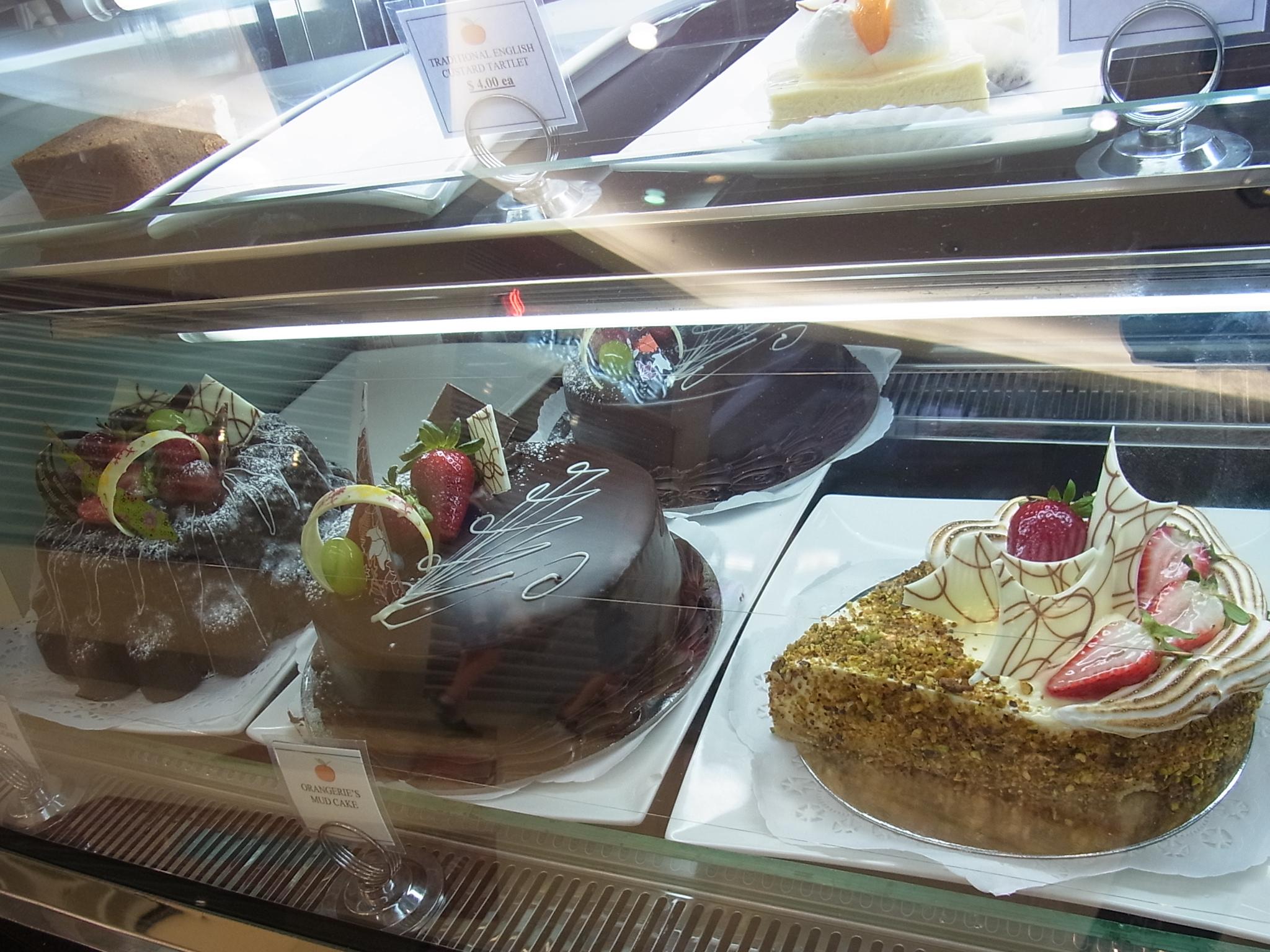 <p>目にも鮮やかな全てのケーキは日本人好みの繊細な味で後を引く美味しさ。 そしてお値段はとてもリーズナブルなのがまた嬉しい! 通常30〜40種類、もしくはそれ以上のケーキがショーウインドウを彩ります。 フルーツタルトとティラミスは特にオススメ。 また、ライムの乗ったベイクドチーズケーキは酸味のよくきいた爽やかな味わいで、 きっとだれもが気に入るハズ!</p>