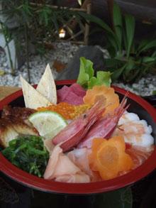 <p>● SUSHI MOMIJI ‐特盛り海鮮丼- 街でもたべられない特選・大盛り海鮮丼が食べれる人気店! ネタの種類は、10種類以上! 他にもサクサクの天ぷらや、刺し身盛りもあるので、キュランダグルメを楽しんで!</p>