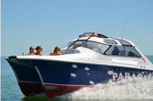 <p>かっこいいスピードボートに引っ張られて青空高く浮かんでいきます。</p>