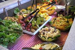<p>・アウトバック&コロニアルレストラン レストランはコロニアルとアウトバックの2ヶ所があります。池を望むテラスを持つコロニアルレストランとアウトバック(荒野)をイメージしたアウトバックレストランではバラエティー豊かなバッフェスタイルのメニューでお腹も大満足。定番のBBQステーキ、ソーセージ、チキン 、スープ、パン、様々なサラダ、チーズに季節のフルーツなどなど盛りだくさんです。</p>