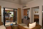 <p>お部屋の中は広々。家具もすべてモダンな雰囲気に統一されていてとっても素敵。生活に必要なものはすべて揃っているからまるでケアンズで生活しているかのような滞在が可能です。</p>